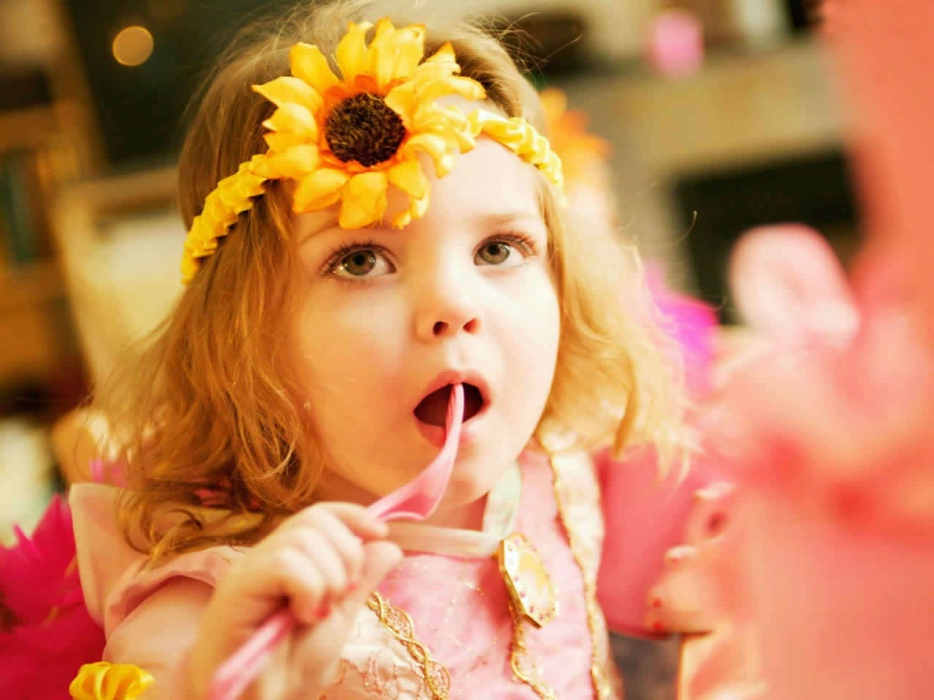Baby Girl Face With Flower | 1024 x 768 | Download | Close