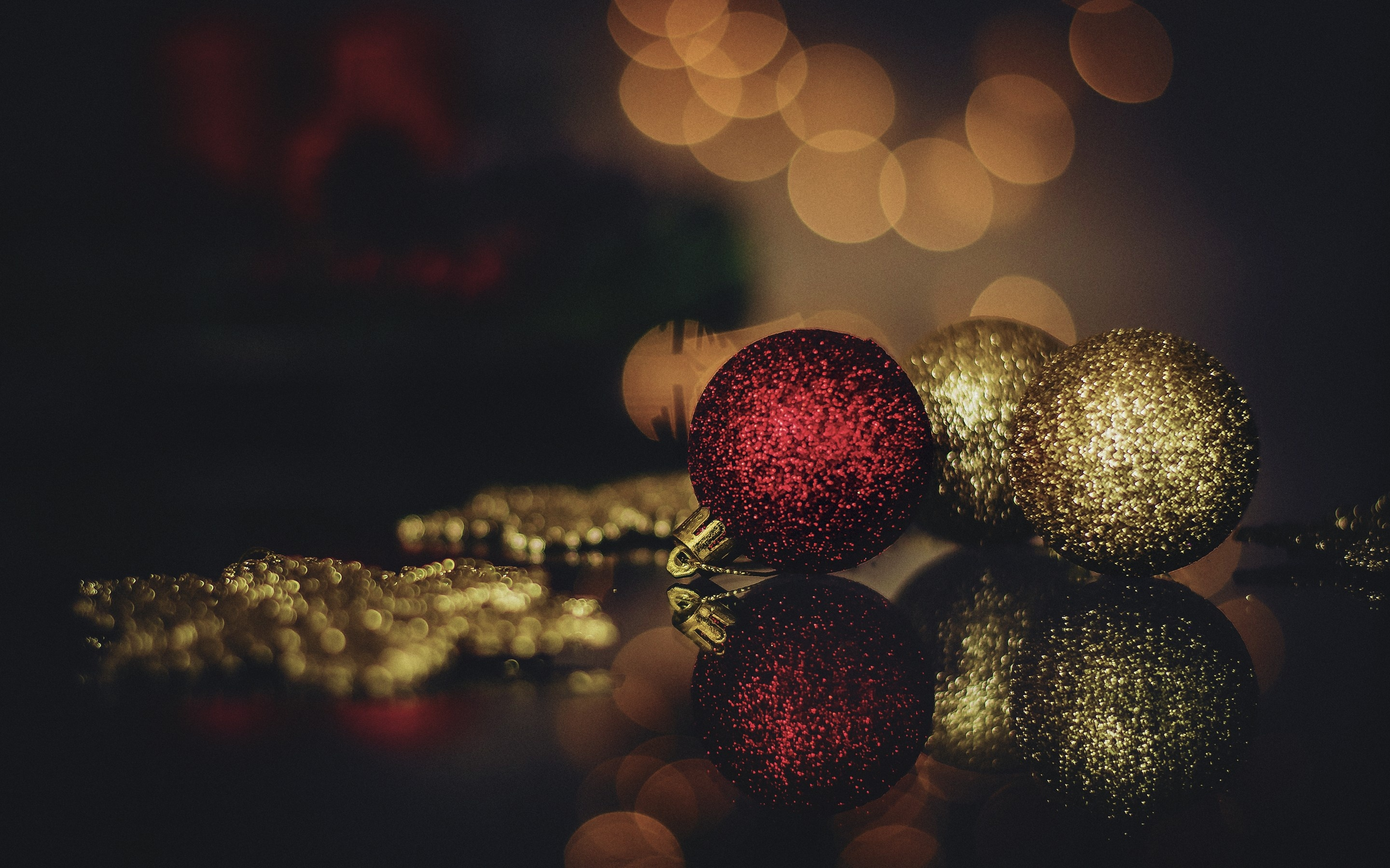 Christmas Golden And Red Balls Wallpapers