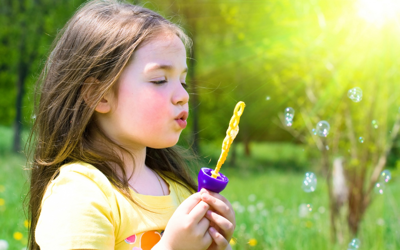 Cute Little Girl Playing Bubble | 1680 x 1050 | Download | Close