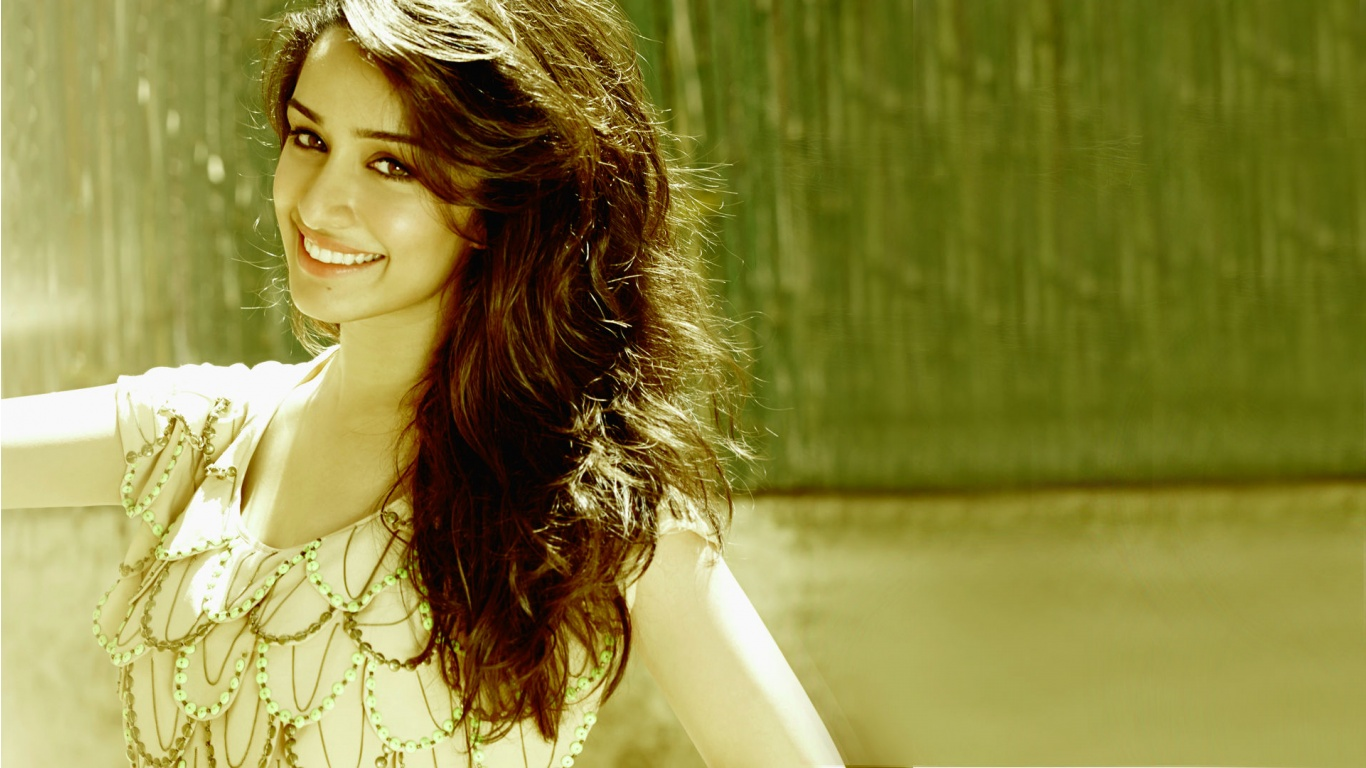 Shraddha Kapoor Smiley Face Wallpapers 1366x768 289360