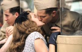 Andrew Garfield And Teresa Palmer Kiss In Hacksaw Ridge 2016