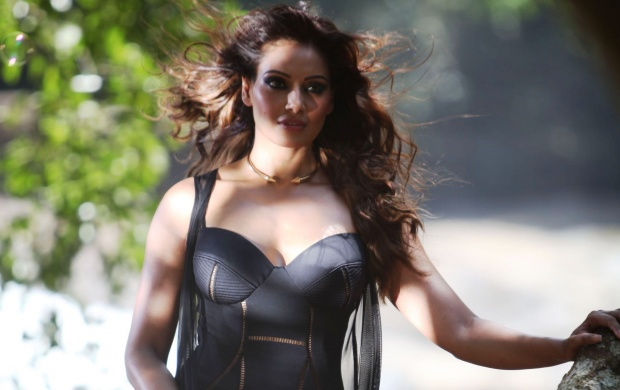 Bipasha Basu In Black Dress (click to view)