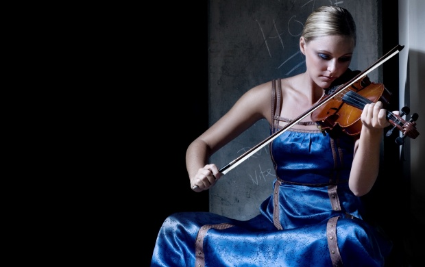 Blonde Violinist (click to view)