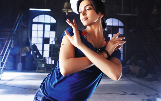 Deepika Padukone Dance Pose (click to view)