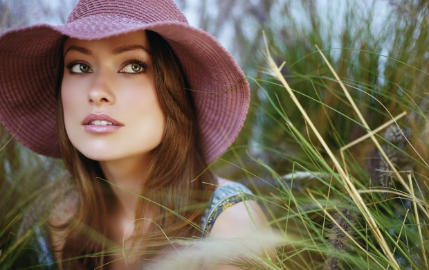 Olivia Wilde With Pink Hat (click to view)