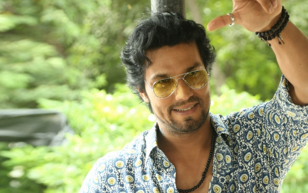 Randeep Hooda Laal Rang (click to view)