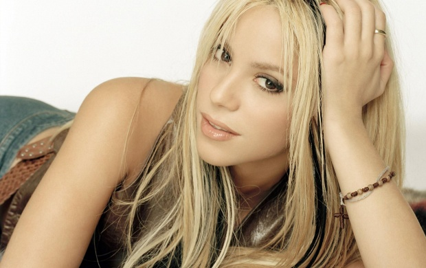 Shakira Golden Hair 1 (click to view)