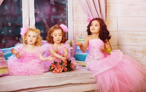 Sweet Little Girls And Bubbles (click to view)