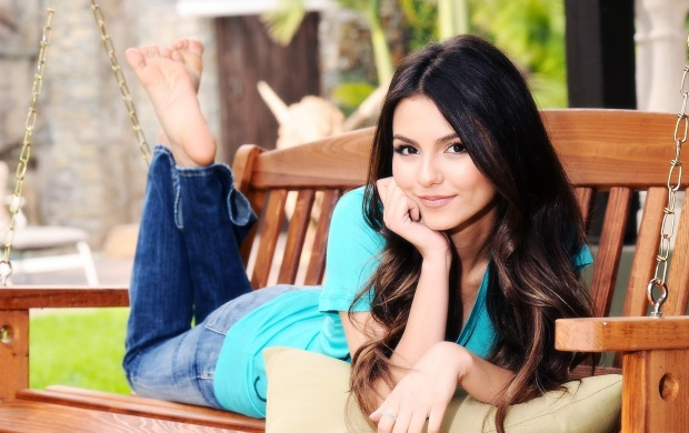 Victoria Justice Green Top (click to view)