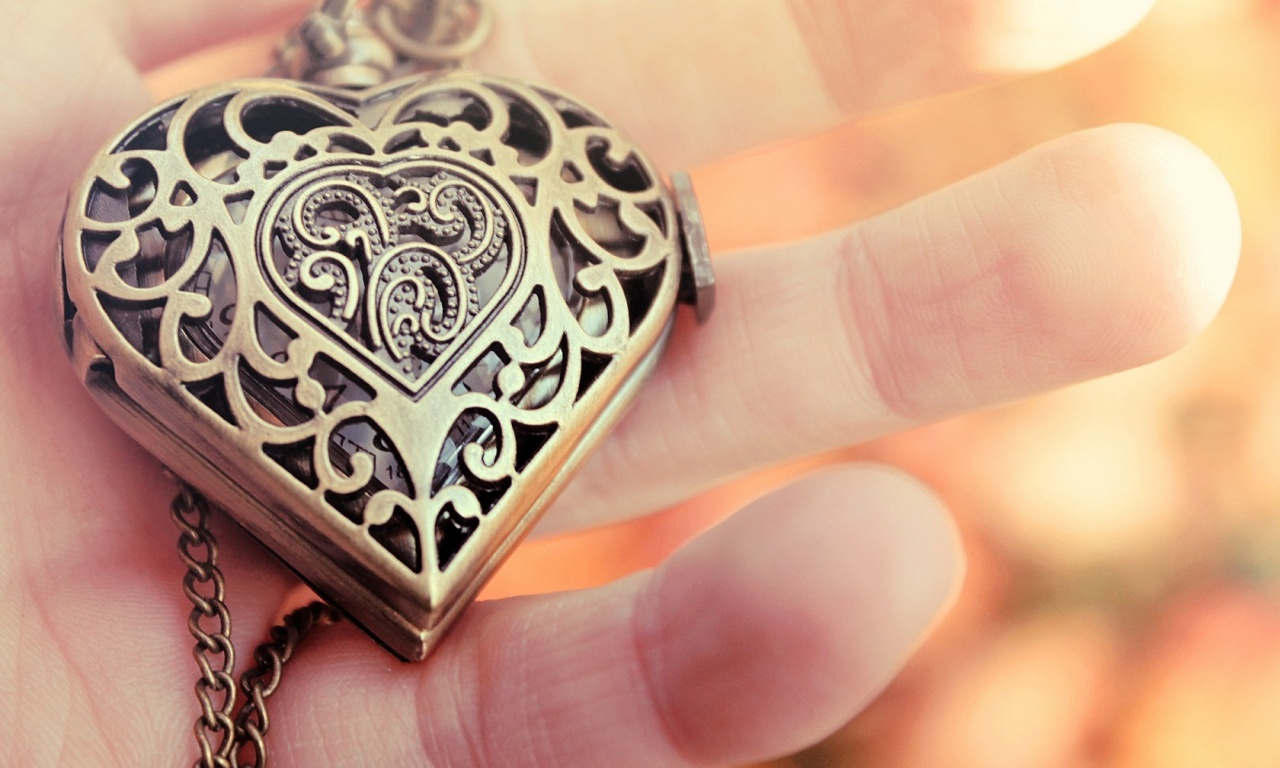 Love Locket Wallpaper : Heart Pendant Jewelry close-Up Wallpapers - 1280x768 - 271339