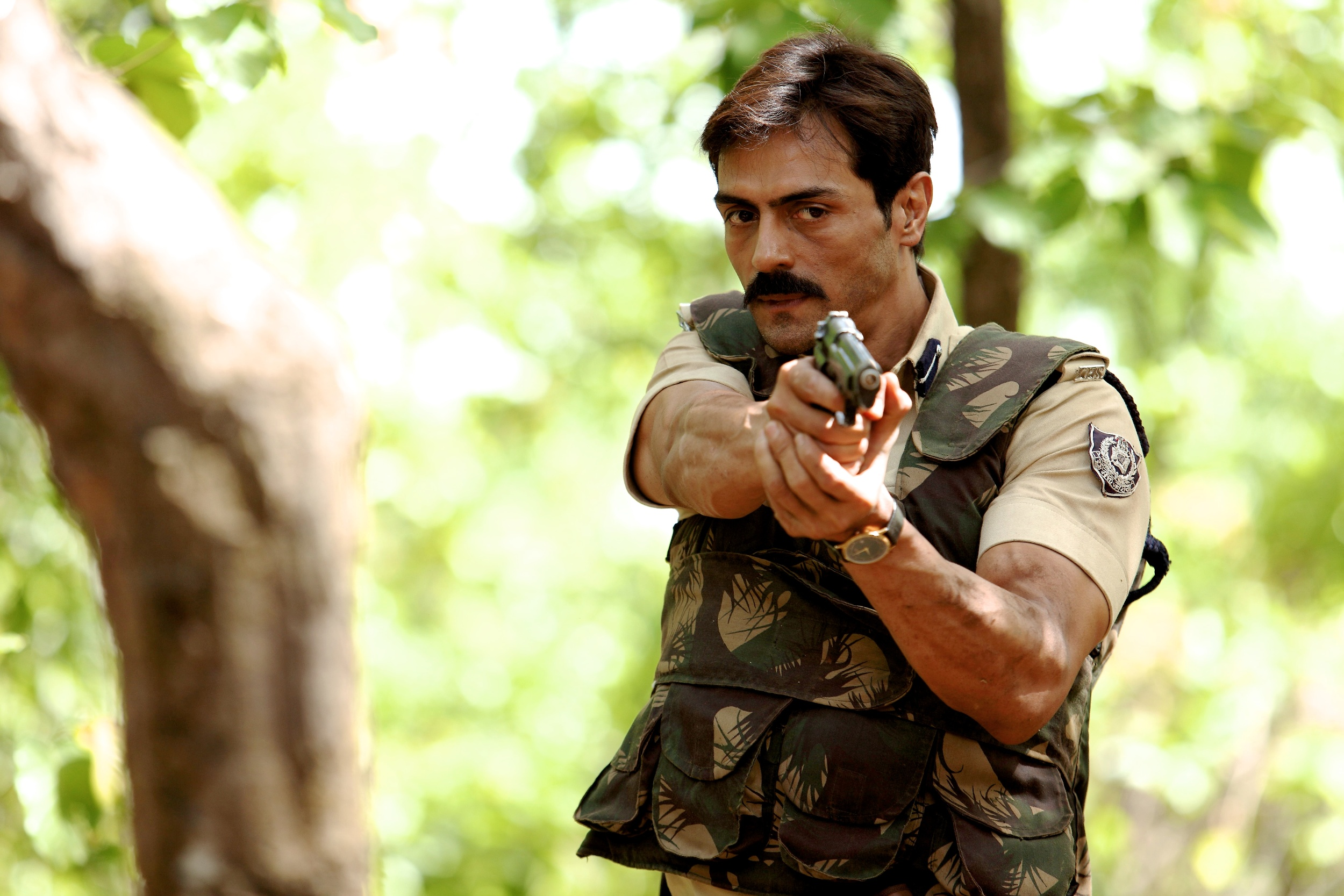 http://www.bhmpics.com/walls/arjun_rampal_in_chakravyuh_movies-other.jpg