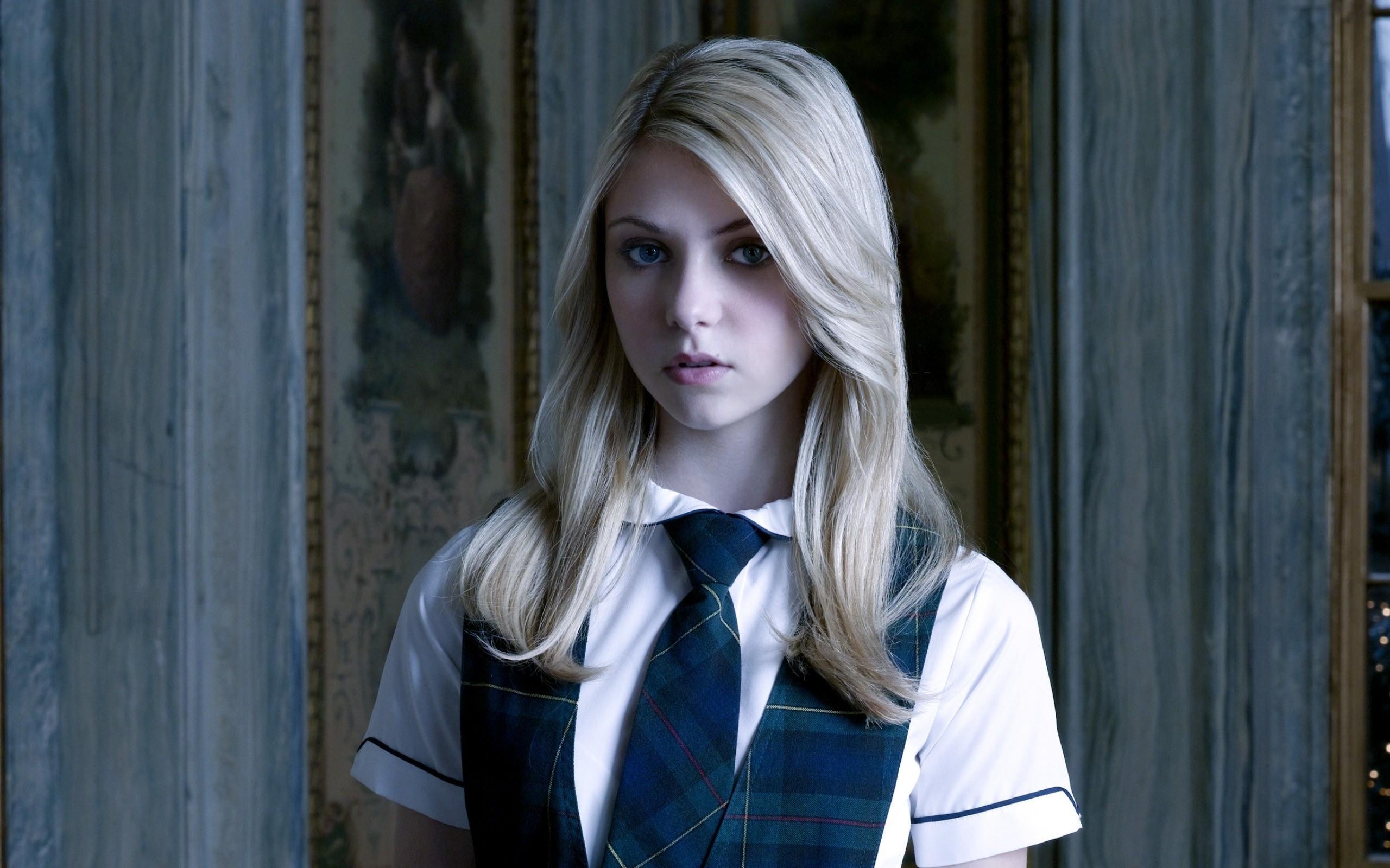 Beautiful blonde Girl   2560 x 1600   Download   Close