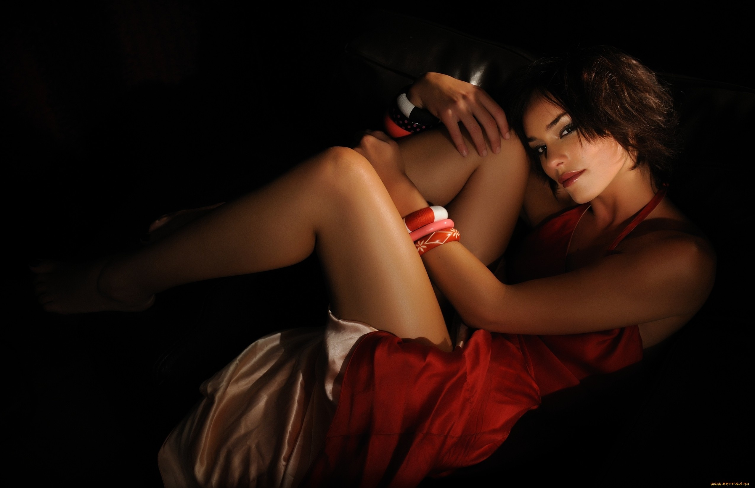 девушка в красном платье чулках эротика фото