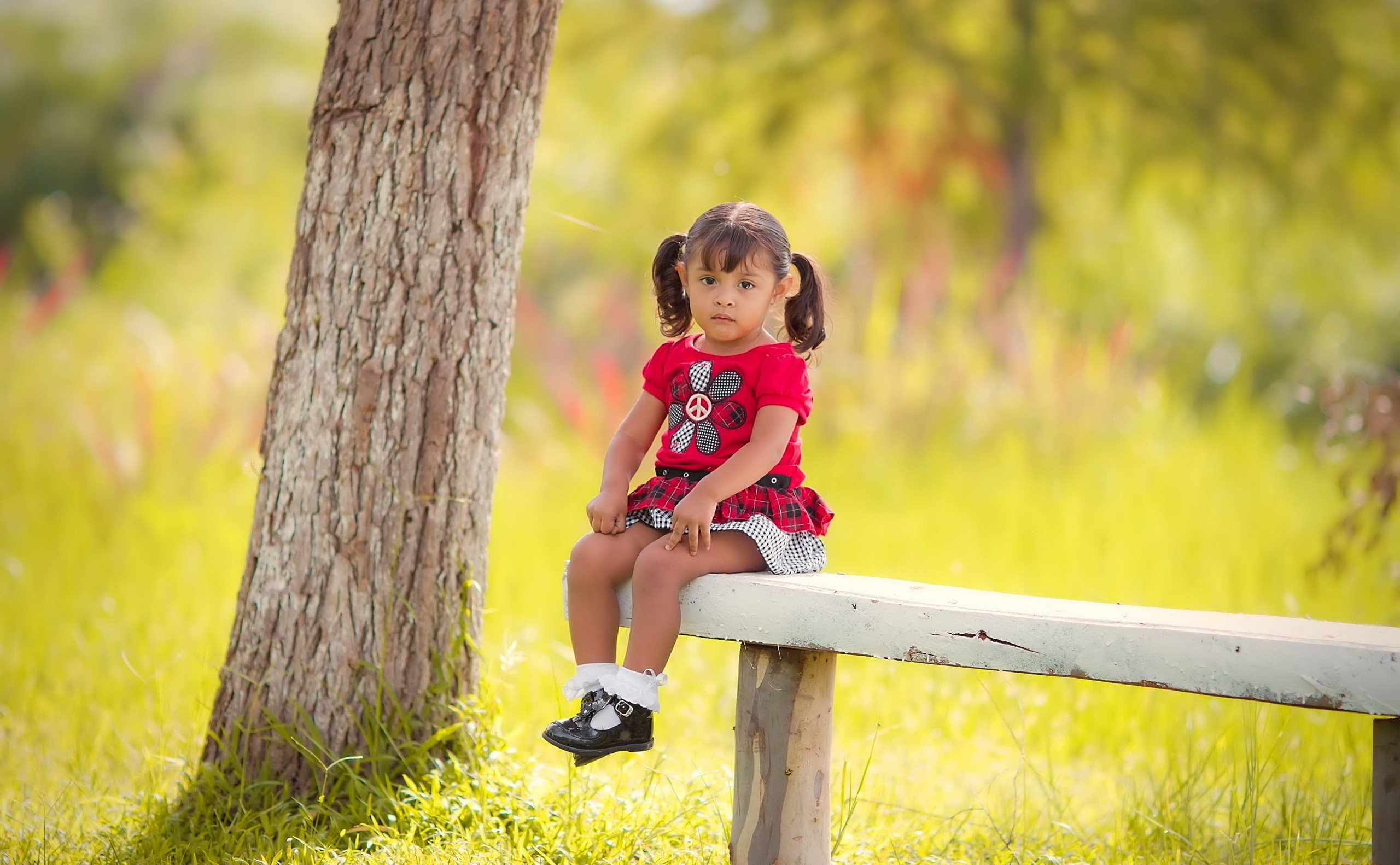 sad little girl sitting on bench wallpapers 2560x1582 673746